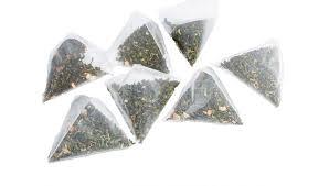 Mikroskopijne kawałki plastiku w torebkach herbaty