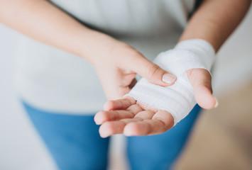 Bandaże wykrywające infekcje bakteryjne